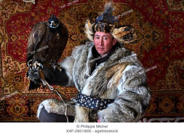 Mongolia, Bayan-Olgii province, Yerkhalym, Kazakh eagle hunter with his Golden Eagle