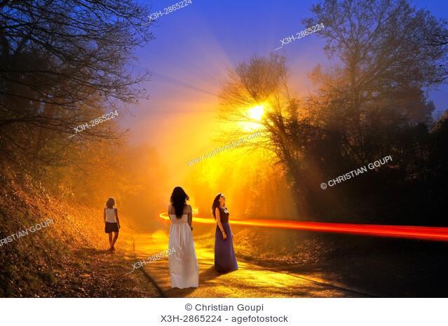 jeunes femmes dans une rue brumeuse, hameau de la commune de senantes dans le departement d'Eure-et-Loir, region Centre-Val-de-Loire, France