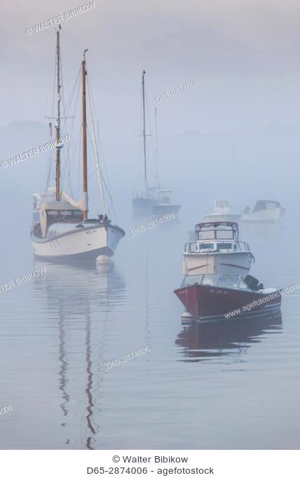 USA, Massachusetts, Cape Ann, Annisquam, Annisquam Harbor, boats in fog