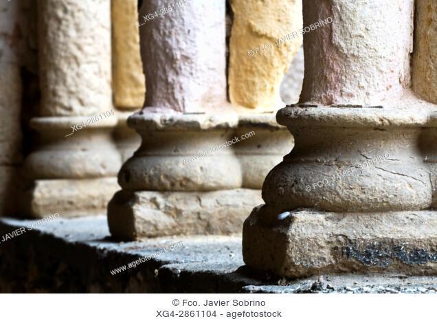 Basas de columnas en la portada de la iglesia románica de San Martín - Segovia - Castilla-León - España - Europa
